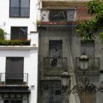 Jonction entre deux façades. L'une blanche, l'autre en rénovation.