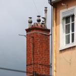 Cheminée en briques ocres et façade de maison