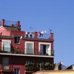 Maison avec linge qui sèche sur une terrasse sur les toits