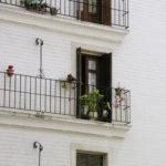 Façade d'une maison blanche, avec trois balcons