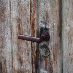 Poignée de porte et serrure. Porte en bois ancien.