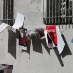 mur de maison et affiches de théâtre suspendues sur une corde
